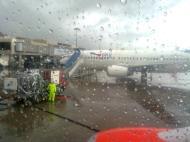 002 terjebak hujan dalam pesawat
